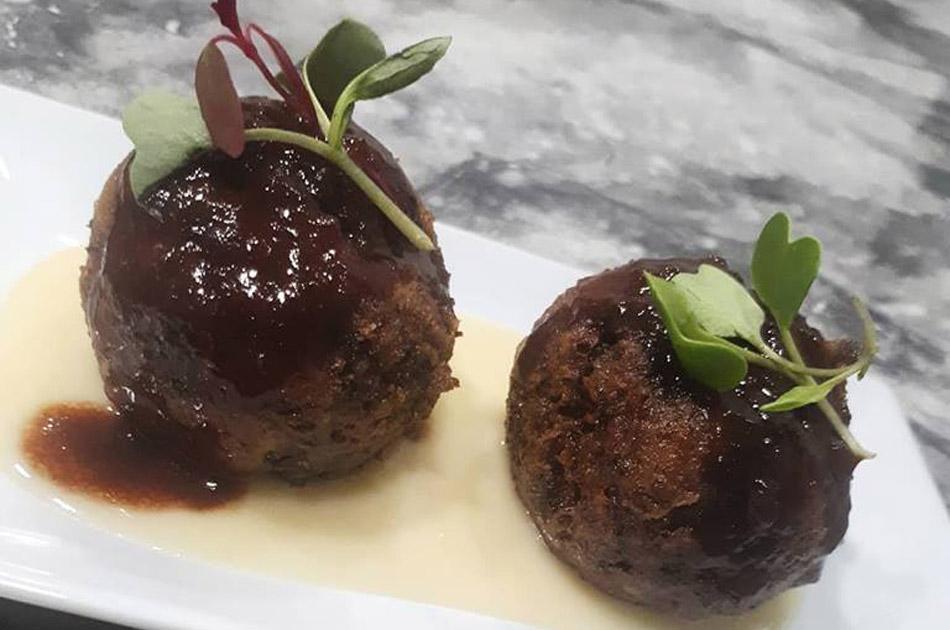 Albóndigas de toro con salsa de Oporto y crema fina de patata.