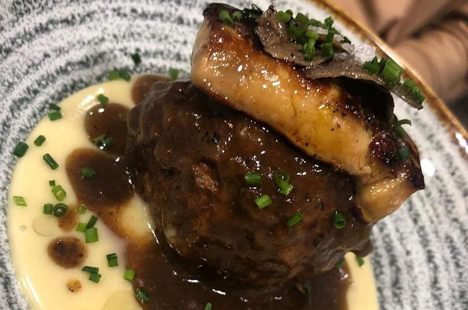 Albondigón de ternera con salsa Perigord, foie, trufa y parmentiere.