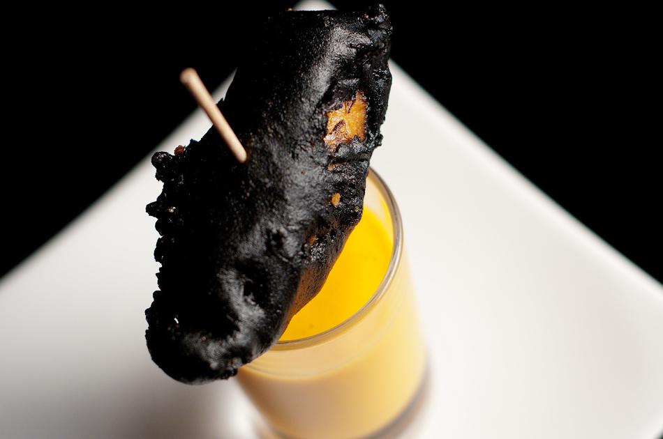Chipirón negro con salmorejo cordobés