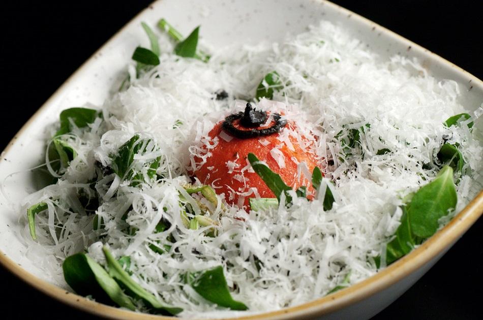 Ensalada de helado de tomate, frutos secos y Parmesano