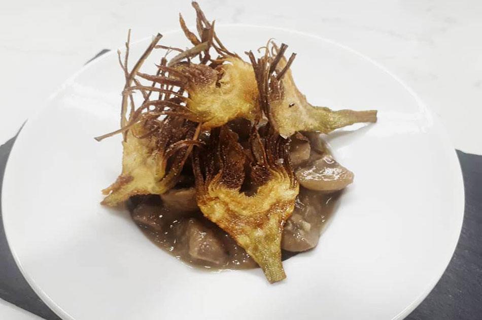 Riñoncitos de ternasco al jerez con alcachofa frita
